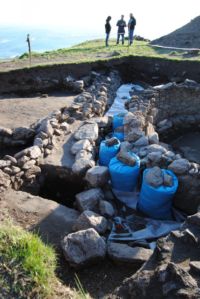 Posible canal de desagüe / Possibly a channel for drainage runs along the stone building