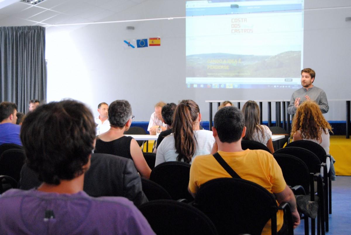 Presentación de Costa dos Castros na Casa Cultural de Pedornes, Oia.