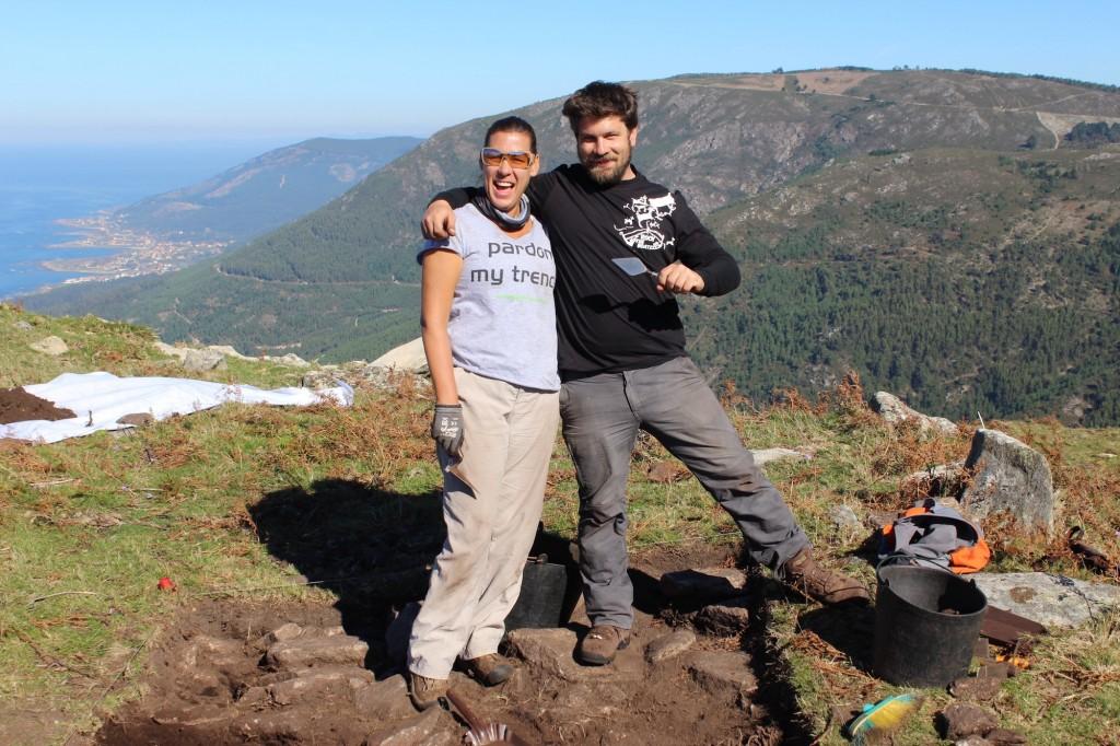 Lisa Westcott de DigVentures e Xosé Gago de Costa dos Castros no castro de Chavella