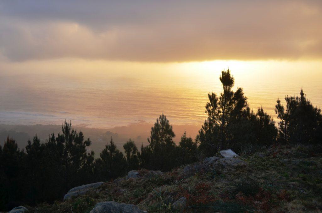 Pese ao manto de nubes, intúese a beleza das vistas ao mar que se poden gozar desde o Outeiro dos Morouzos.