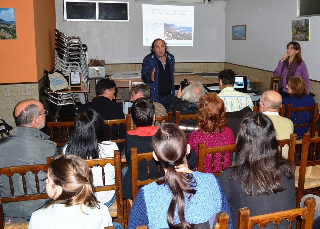 F.J. Costas Goberna presenta á arqueóloga Mar Cortegoso na barferencia sobre as salinas de Oia.