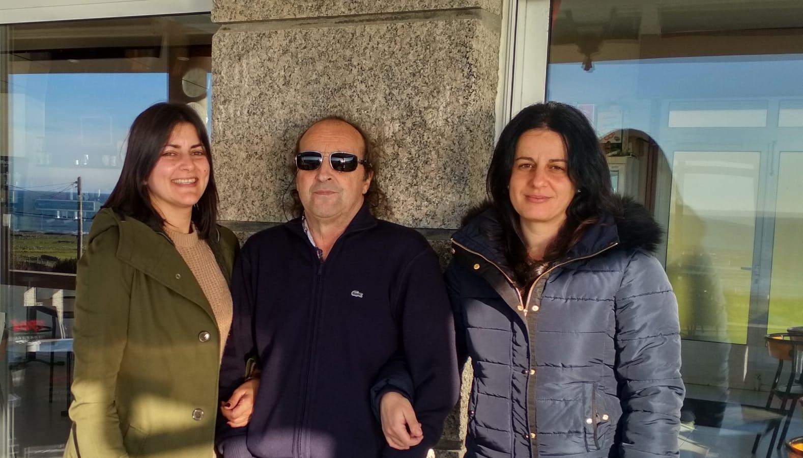 As tres persoas veciñas de Oia autoras do libro: LucíaÁlvarez Caeiro, Fernando Javier Costas Goberna e Lorena González Vicente.