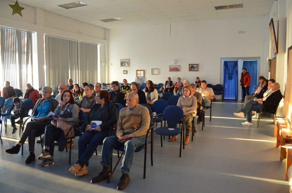 Entre o público asistente estiveron moitas das persoas entrevistadas no libro.